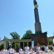 "Performans ""Joga dani dobrih dela"" u Beču, 7.6.2014."